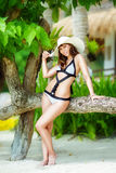 Junges schönes Mädchen auf dem Strand von einer Tropeninsel Sommer V Stockfoto