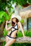 Junges schönes Mädchen auf dem Strand von einer Tropeninsel Sommer V Stockbild