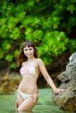 Junges schönes Mädchen auf dem Strand von einer Tropeninsel Sommer V Stockfotos