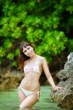 Junges schönes Mädchen auf dem Strand von einer Tropeninsel Sommer V Lizenzfreie Stockfotos