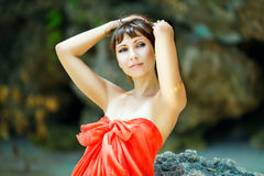 Junges schönes Mädchen auf dem Strand von einer Tropeninsel Sommer V Stockfotografie