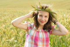 Junges schönes Mädchen auf einem Gebiet des Weizens lizenzfreie stockbilder