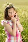 Junges schönes Mädchen auf einem Gebiet des Weizens stockfotografie