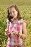 Junges schönes Mädchen auf einem Gebiet des Weizens lizenzfreie stockfotografie