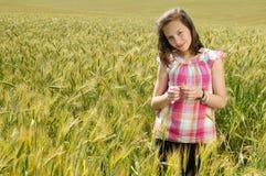 Junges schönes Mädchen auf einem Gebiet des Weizens lizenzfreie stockfotos