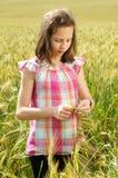 Junges schönes Mädchen auf einem Gebiet des Weizens lizenzfreies stockfoto