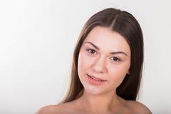 Junges schönes Mädchen auf einem hellen Hintergrund stockfotografie