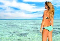 Junges schönes Mädchen, blond auf dem Strand am sonnigen Tag Stockbilder