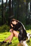 Junges schönes Mädchen, das auf dem Gras sitzt Stockfotos