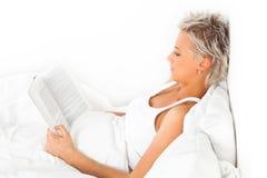 Junges schönes Mädchen, das ein Buch liest Lizenzfreie Stockfotografie