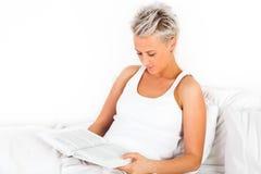 Junges schönes Mädchen, das ein Buch liest Stockfoto