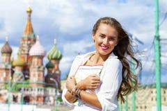 Junges schönes Mädchen, das eine touristische Karte von Moskau hält stockfoto