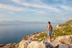 Junges schönes Mädchen, das entlang die Küste des Mittelmeeres reist stockbild