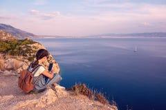 Junges schönes Mädchen, das entlang die Küste des Mittelmeeres reist lizenzfreie stockfotografie