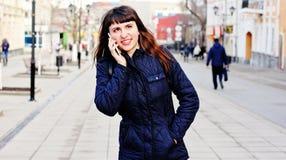 Junges schönes Mädchen, das am Handy spricht Lizenzfreies Stockfoto