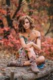 Junges schönes Mädchen, das in Herbstwald geht Lizenzfreie Stockbilder