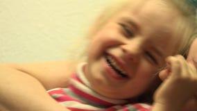 Junges schönes Mädchen, das Spaß mit Mutter lacht und hat 4K UltraHD, UHD stock footage