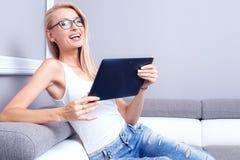 Junges schönes Mädchen, das Tablette verwendet Lizenzfreies Stockbild
