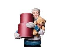 Junges schönes Mädchen, das Teddybären und Kasten weißen Hintergrund hält Stockbild