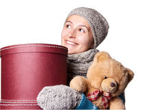 Junges schönes Mädchen, das Teddybären und Kasten weißen Hintergrund hält Stockfotografie