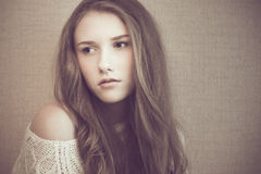 Junges schönes Mädchen, das traurig und nachdenklich schaut Lizenzfreies Stockfoto