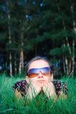 Junges schönes Mädchen in den Sonnegläsern Stockfotos