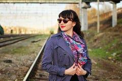 Junges schönes Mädchen in der Sonnenbrille ist am Bahnhof Stockbild