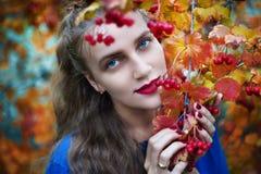 Junges schönes Mädchen des Herbstfotos Stockfotos