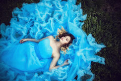 Junges schönes Mädchen in einem üppigen blauen Kleid lizenzfreies stockbild