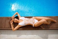 Junges schönes Mädchen in einem Bikini lizenzfreie stockbilder