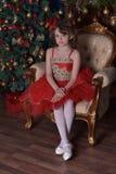 Junges schönes Mädchen in einem roten Kleid lizenzfreie stockbilder
