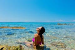 Junges schönes Mädchen im Bikini auf dem Strand stockfotografie