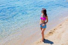 Junges schönes Mädchen im Bikini auf dem Strand lizenzfreie stockfotografie