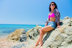 Junges schönes Mädchen im Bikini auf dem Strand stockfotos