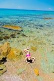 Junges schönes Mädchen im Bikini auf dem Strand in Griechenland lizenzfreie stockfotografie