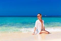 Junges schönes Mädchen im nassen weißen Hemd auf dem Strand Blaues trop Stockbilder