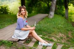 Junges schönes Mädchen im Park stockfoto