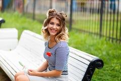 Junges schönes Mädchen im Park stockfotografie