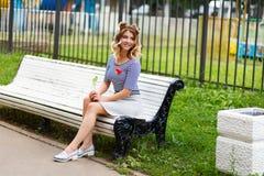 Junges schönes Mädchen im Park stockbilder