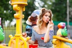 Junges schönes Mädchen im Park stockbild