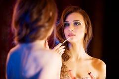 Junges schönes Mädchen im Spiegel in einem Nachtklub Zurückblickende Zusammenfassung Stockfotografie