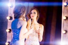 Junges schönes Mädchen im Spiegel in einem Nachtklub Zurückblickende Zusammenfassung Stockbilder