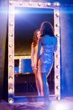 Junges schönes Mädchen im Spiegel in einem Nachtklub Zurückblickende Zusammenfassung Lizenzfreie Stockbilder