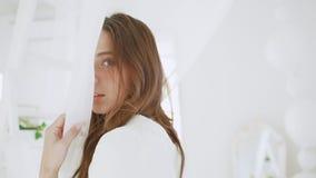 Junges schönes Mädchen im weißen Dekor Langsame Bewegung stock footage