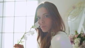 Junges schönes Mädchen im weißen Dekor Langsame Bewegung stock video footage