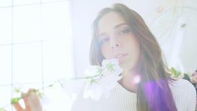 Junges schönes Mädchen im weißen Dekor Langsame Bewegung stock video