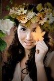 Junges schönes Mädchen mit Ahornblatt auf ihrem Gesicht Lizenzfreie Stockfotografie