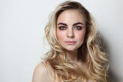 Junges schönes Mädchen mit dem blonden gelockten Haar und rotem Lippenstift lizenzfreies stockfoto