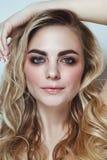 Junges schönes Mädchen mit dem blonden gelockten Haar und rotem Lippenstift lizenzfreies stockbild