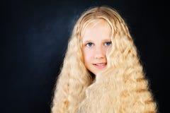 Junges schönes Mädchen mit dem langen blonden Haar Lizenzfreie Stockfotografie